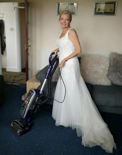 cô dâu diện váy cưới cả tháng