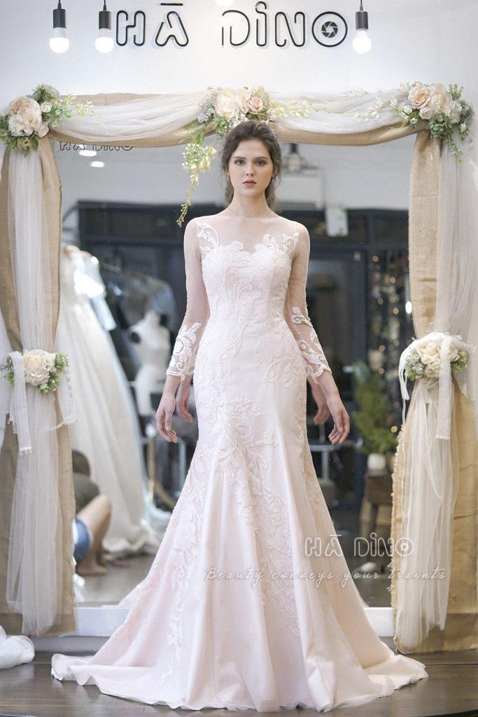 Nằm trong bộ sưu tập 𝐌𝐞𝐚𝐝𝐨𝐰 𝐬𝐞𝐚𝐬𝐨𝐧, váy cưới RD.34 đuôi cá tay dài kim sa nhẹ nhàng của NTK Hà Dino đang rất được các cô dâu ưu ái lựa chọn.