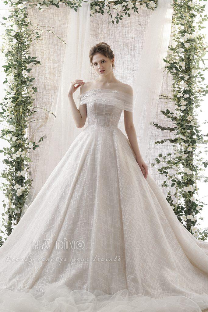 Váy cưới LD.98 xòe tay rớt nhấn hoa rơi đang là sự lựa chọn số 1 của các cô dâu trong thời gian gần đây. Lấy ý tưởng từ những cô gái mang vẻ đẹp tự nhiên