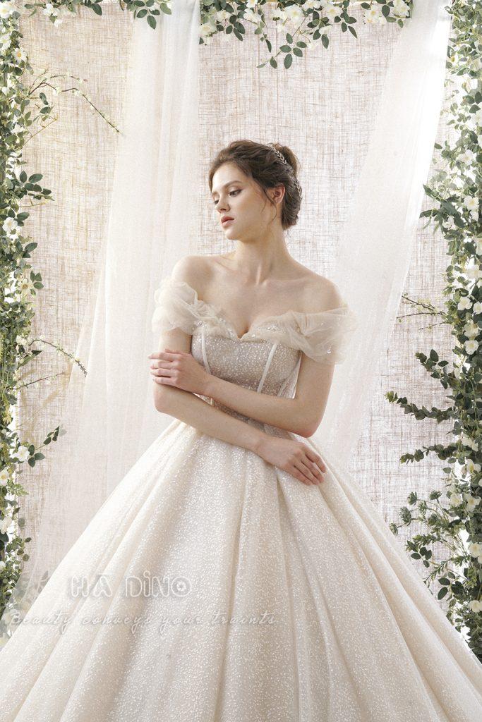 Váy cưới LD.97 xoè to tay rớt nhấn hoa rơi nằm trong bộ sưu tập 𝐌𝐞𝐚𝐝𝐨𝐰 𝐬𝐞𝐚𝐬𝐨𝐧 của Hà Dino. Được ra đời từ cảm hứng bất tận về vẻ đẹp tinh khôi