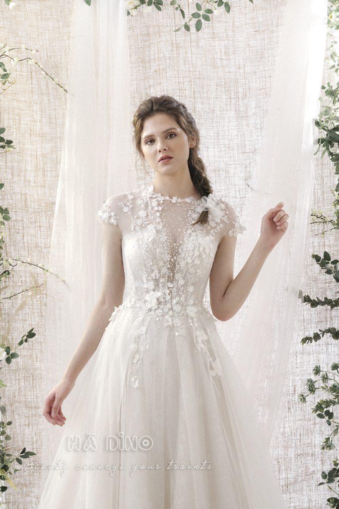 Xu hướng váy cưới hot nhất hiện nay không thể không nhắc đến mẫu váy cưới cưới dáng xòe tay chồm lưới đính kết hoa và đá - Một thiết kế đến từ Hà Dino.