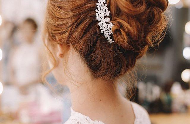 Những chiếc váy cưới điệu đà, những bộ comple thanh lịch… là những thứ không thể thiếu trong ngày cưới. Và những kiểu tóc dành riêng cho cô dâu thật đơn