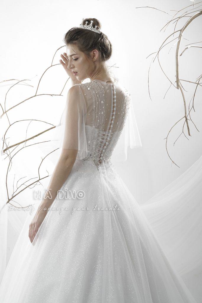 Váy cưới LD-9932 xoè tay cánh tiên đính đá nhấn eo đẹp xuất sắc. Ngọt ngào như kẹo, lãng mạn và tinh tế đến say mê. Đó là ấn tượng khó có thể rời mắt khi