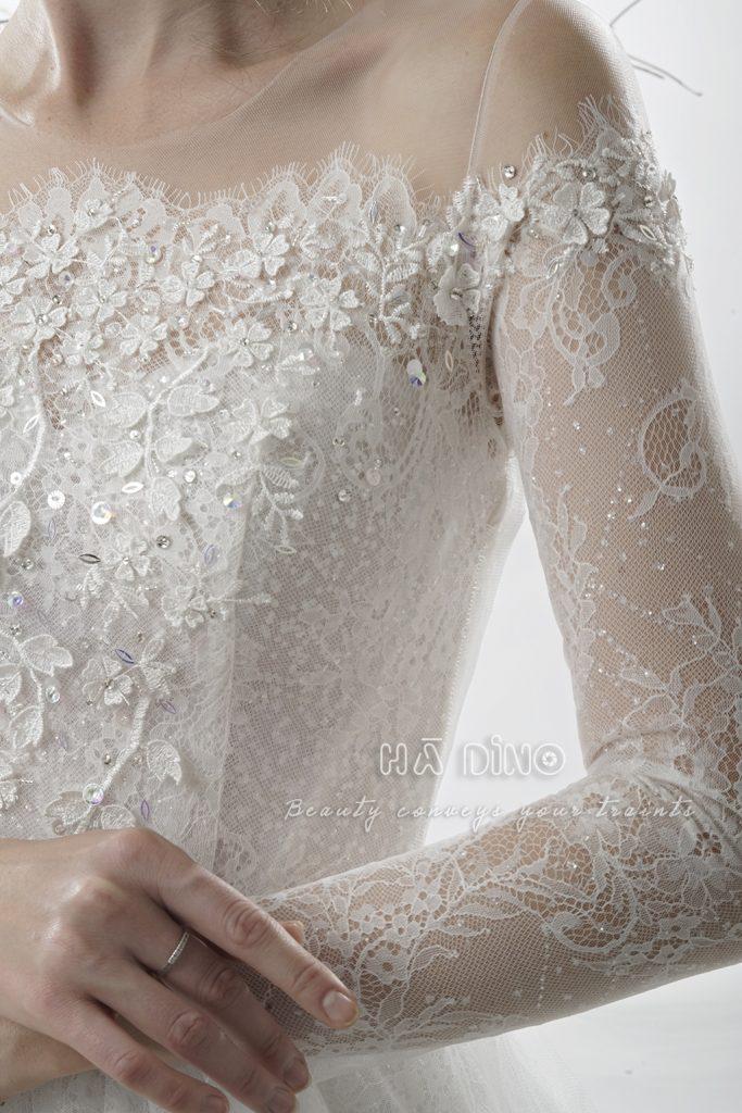 Váy cưới LD.9520 tùng xoè trễ vai tay dài đính ren mini đẹp xuất thần. Tôn lên đường cong rõ rệt cùng thiết kế trễ vai nhẹ nhàng. Đây thật sự là mẫu váy