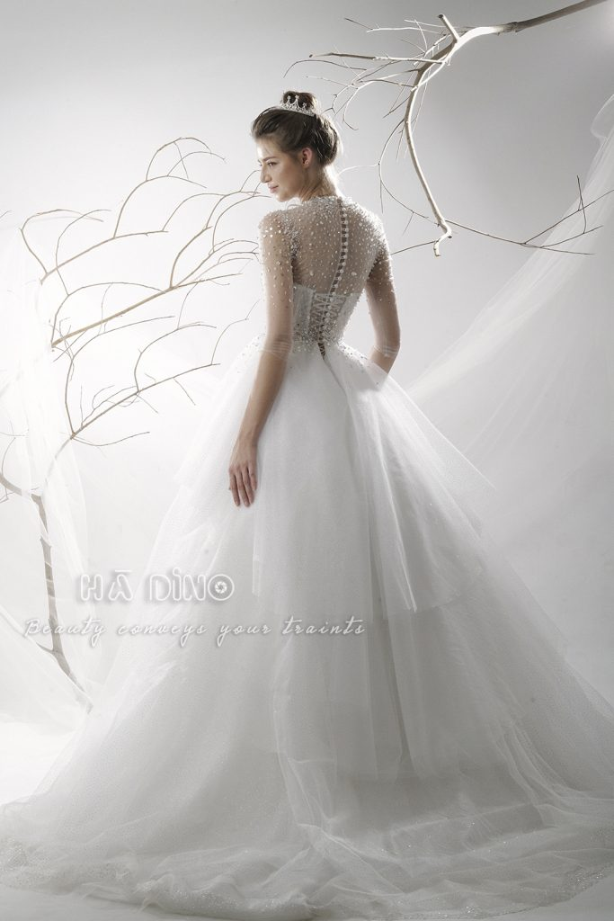 Váy cưới LD.9931 tùng xoè cổ trụ đính kết đá  nằm trong BST mới nhất của Hà Dino. Đây là thiết kế đang làm các tín đồ thời trang cưới săn lùng ráo riết.