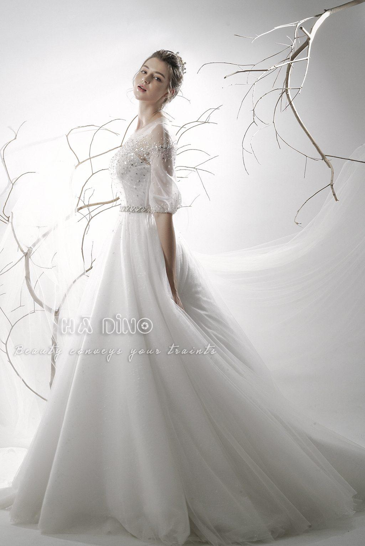 Váy cưới LD.10021 tùng xoè tay lỡ đính đá là siêu phẩm mới cho mùa cưới 2020 này. Thiết kế nữ thần này tôn lên vóc dáng ba vòng rõ rệt cho các nàng dâu.