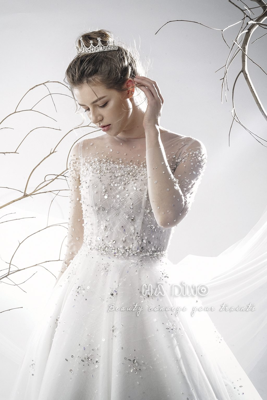 Váy cưới LD.10017 tùng xoè tay dài đính đá đang cực kỳ hot. Trong một thời khắc nào đó các nàng bỗng nhận ra. Sự đơn giản chính là khởi đầu của mọi vẻ đẹp