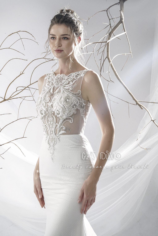 Váy cưới LD-33 đuôi cá cổ thuyền sát nách siêu phẩm mùa cưới 2020. Sang trọng, mang hơi hướng cổ điển. Đây chính là sự kết hợp giữa chất liệu trơn cổ điển