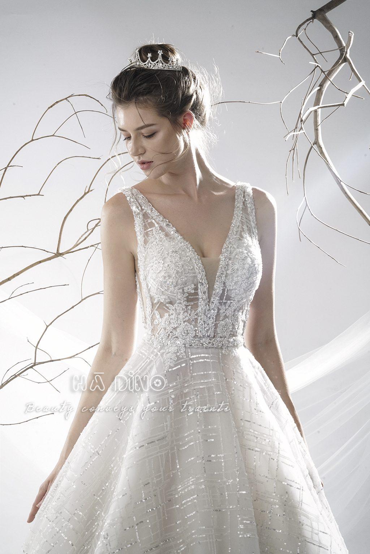 Váy cưới LD-60 xoè cổ V sexy - Quyền lực, mạnh mẽ, trong sáng bí ẩn. Đó là những cụm từ diễn tả Bộ sưu tập ra mắt vào mùa Đông Xuân của Hà Dino. Đây chính