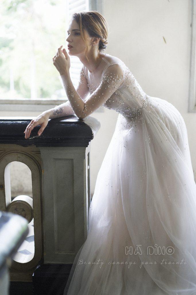 Xu hướng váy cưới dài tay vào những tháng cuối năm 2019 cho thấy sức hút mạnh mẽ của nó. Tuy nhiên để trở nên xinh đẹp với mẫu váy cưới này thì các cô dâu