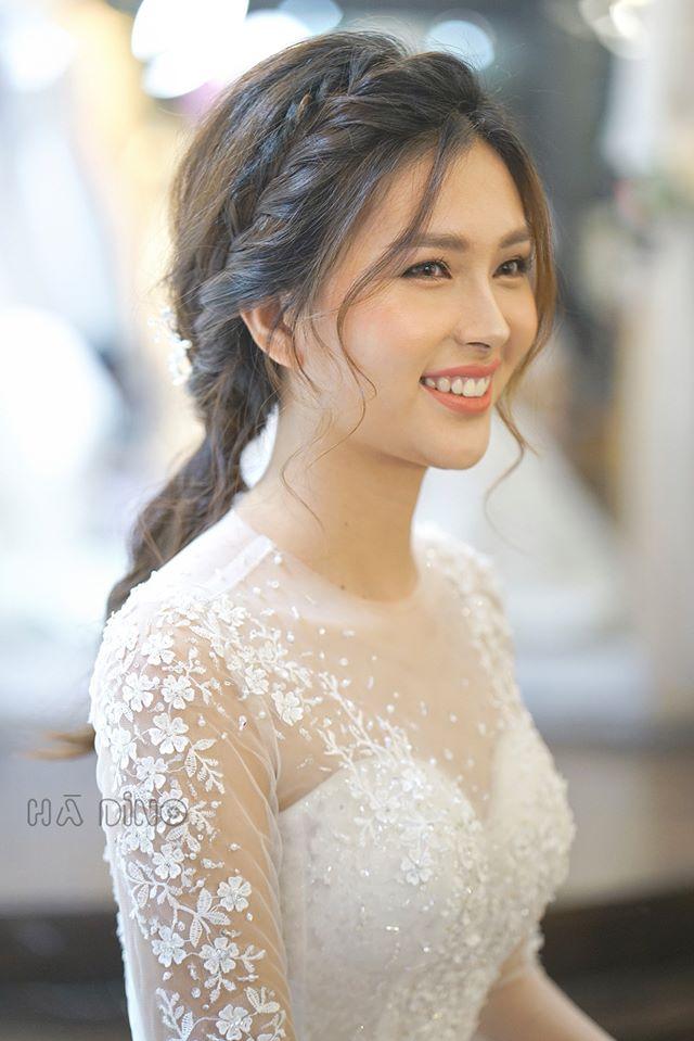 qua mỗi năm. Lúc nào thực hiện xong đều giúp nàng dâu nổi bật, tự tin trong ngày cưới của mình. Cùng tìm hiểu top kiểu tóc đẹp cho cô dâu mọi thời đại.